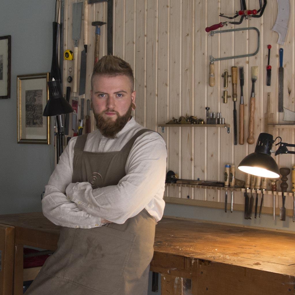 Urtzi balantzategi en su taller de lutheria
